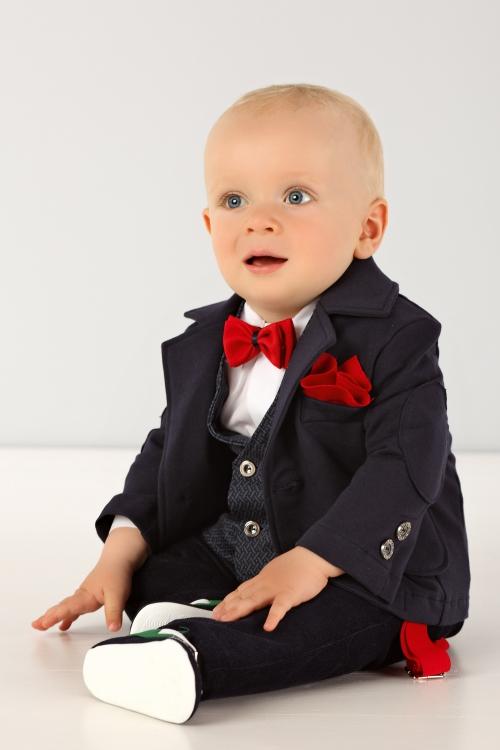 Anzug in blau mit rot Accessoires