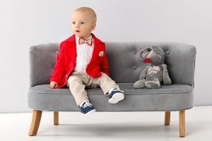 Anzug in rot / beige mit roten Accessoires